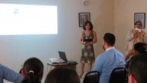 Lcda. María Emilia Suazo explicando el mecanismo de encuesta en línea